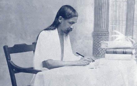 Sri Aurobindo écrivant