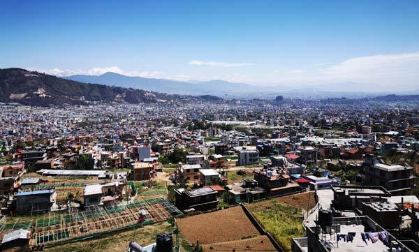 Ville de Katmandou et L'Himalaya depuis l'ashram