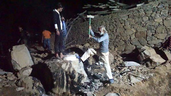 Chantier de nuit - Ramchandra casse un rochers