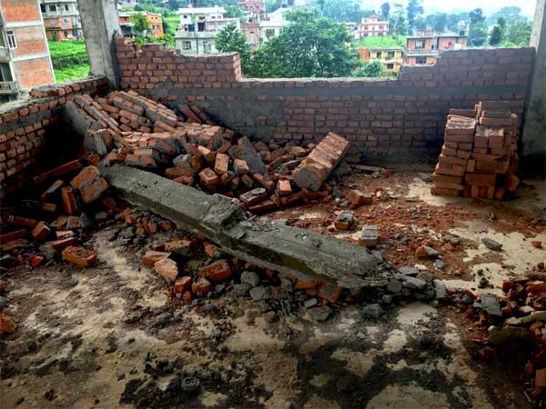 Tremblements de terre de 2015 - Murs de brique détruits